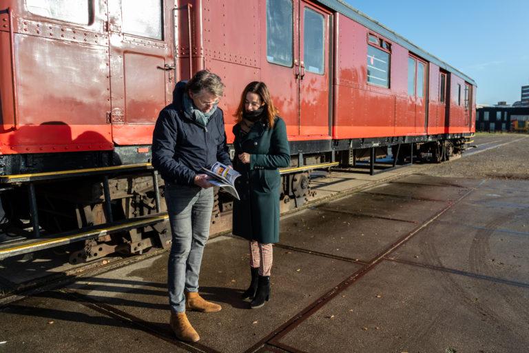 Eerste exemplaar gerestylede Railhobby uitgereikt aan Erik de Zwart